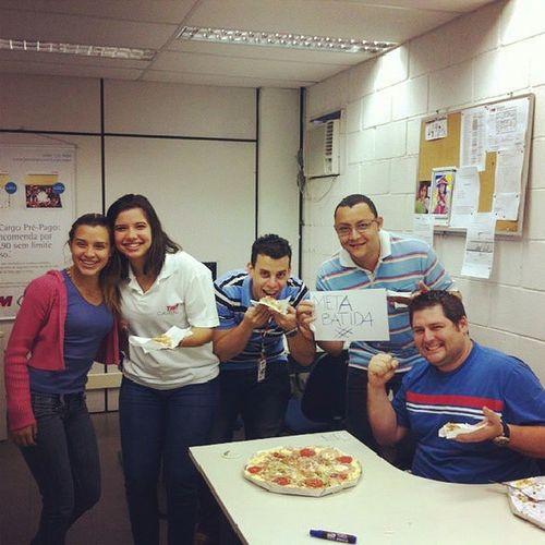 Equipe comercial comemorando a meta batida! Rodadadepizza Redelevepizza Levepizzaportocanoa
