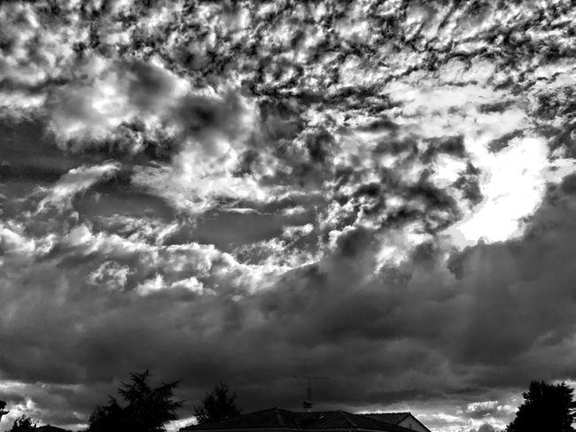 L'été s'ra chaud, l'été s'ra chaud ! LOL ☔️💦☁️💨 sortez vous parapluies ! CIELFIE Skyfie Clouds And Sky Ciel Et Nuages Ciel Sky Pluie D'été Blackandwhite Noir Et Blanc