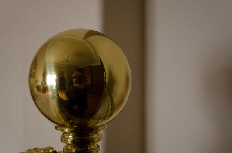 Reflejo de mi mismo en la bola de la cama Bola Brillante Close-up Day De Cama Dor Gold Colored Indoors  Reflejo 2012 Eddl
