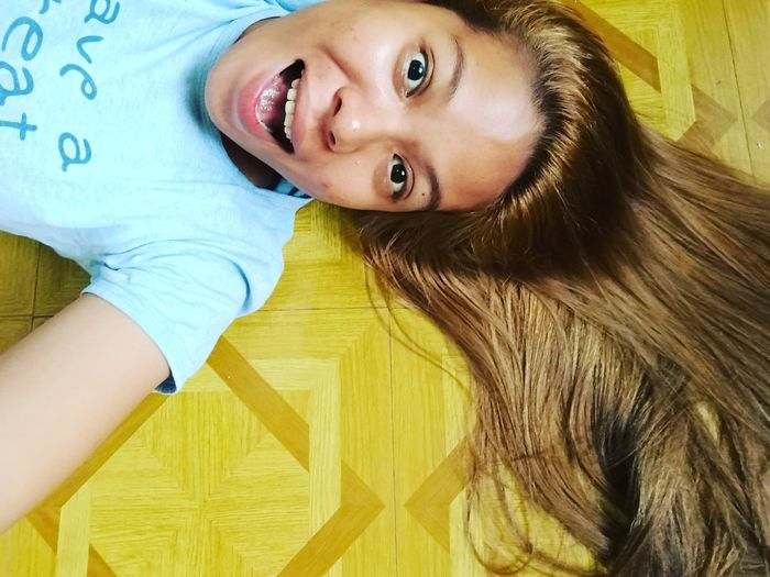 When your hair and floor of your room looks the same?...OMG😂😂😂 Looking At Camera Lifestyles Beautiful Woman Smiling Happiness Real People Headshot Capture Berlin