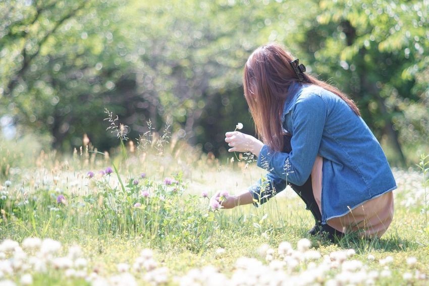 Capture The Moment Shine On ✨ Bokehlicious Beauty In Nature Only Women Side View Women Around The World Snapshots Of Life Flower Nature Casual Clothing Long Hair People Getting Inspired Outdoors Fine Art Depth Of Field Fragility Tranquil Scene Full Frame Detail Oldlens Takumar EyeEm Best Shots 17_07 Sommergefühle Let's Go. Together. EyeEm Selects EyeEmNewHere Investing In Quality Of Life Breathing Space The Week On EyeEm