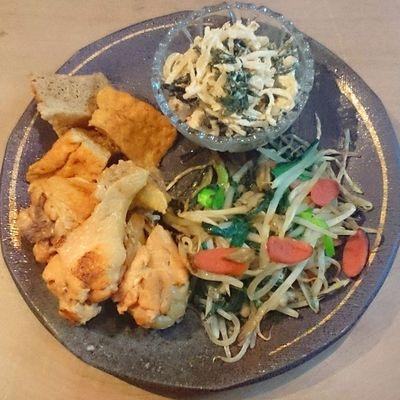 今日の我が家の晩御飯シリーズ 鶏の手羽元 厚揚げの煮物 モヤシ炒め 大根とワカメとシーチキンのサラダ