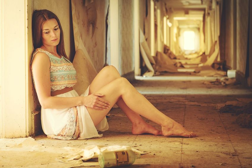 Lost place's shooting Urban Lostplaces Lostplace Abone Portrait Beautiful Girl Lifestyles Girl Lost Verlassene Orte Verlassener Flur Verlassenes Gebäude