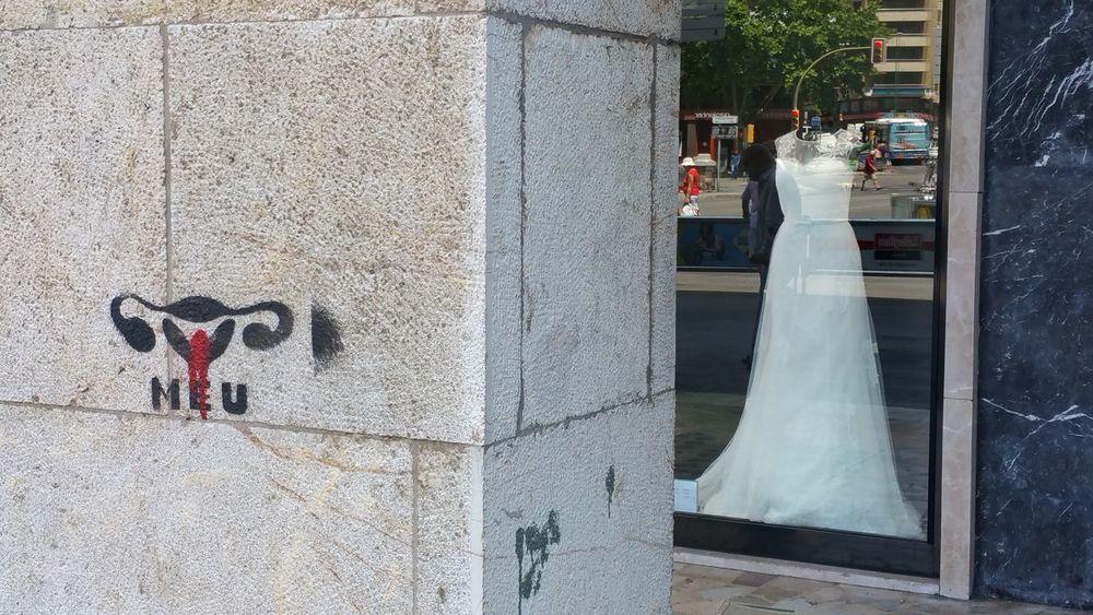 Frau Hochzeitskleid Meu Monatsblutung Period Periode Regelblutung Spanisch Strange Street Art Street Art/Graffiti Wedding Dress Wedding Gown