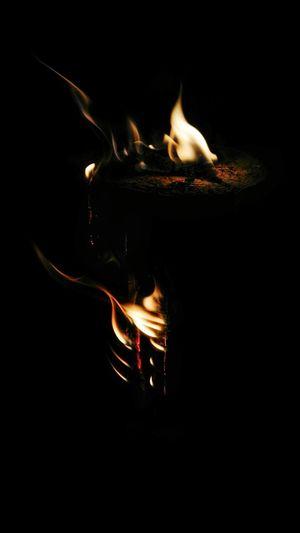 Illuminated Night Flame Blurred Motion Motion Heat - Temperature Burning Close-up Black Background Outdoors Fire Lodern Lodernde Flammen Flammen Kleines Feuer Brennen Holz Wood Warm Wärmend Feuer Flackern Wärme Dünne Flammen