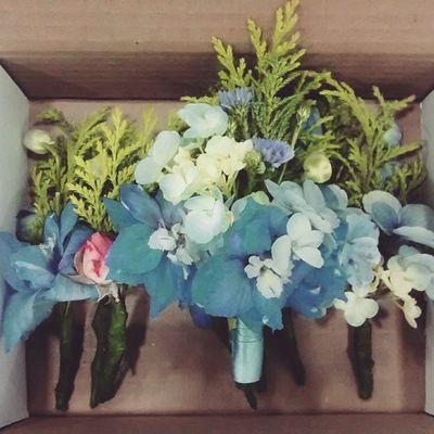 A caixinha com as lapelas, para o noivo e os padrinhos da @alinethayss Lapelaazul Boutonniere Decoracaodecasamento Decoracaodecerimonia Decoracaopersonalizada Arranjosflorais Casamentoazulerosa