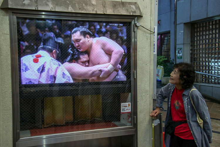 📸: Daniel Nery -- 🌎: Tokyo / 🇯🇵 -- 🗓: 2018 -- Japan Tokyo Streetphotography Street Photography Sumo Sumowrestler Old Woman Entertainment Tv Joy Togetherness Window Building Exterior