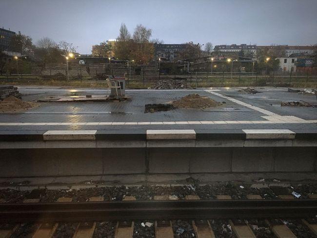Raw von hinten S-Bahnhof Warschauer Straße Bahnhof Schienen Berlin