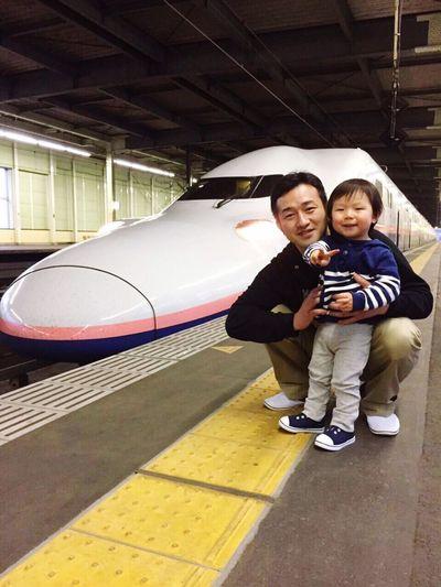 プーカンカン ♬ 甥と長男。パパになった甥も子どもの頃、新幹線をバックにこんな笑顔でした。
