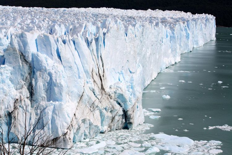 Spectacular snow accumulation on glacial ice