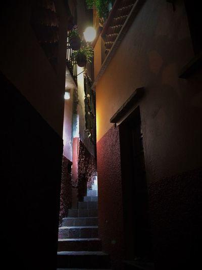 Callejon del beso (Alley Kiss) Guanajuato México Architecture Built Structure Callejondelbeso Callejones Guanajuato Low Angle View Night Steps The Way Forward