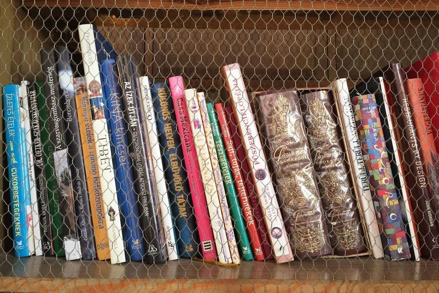Bookshelf Books Large Group Of Objects Multi Colored Arrangement Choice Variation Shelf Indoors  Full Frame Close-up No People Day Cookbook Cookbooks
