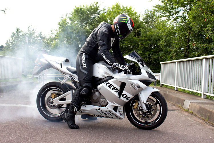 Burnout time ☝ Honda Cbr600rr Pc37 Burnout Picture Canon700D Photoshop Taking Photos Enjoying Life Learning Photography AlpineStars Dainese Pictureoftheday Pictures Summer Motorcycle Bike