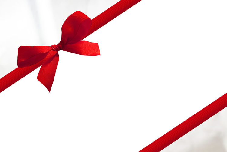 red bow Christmas Copy Space Bow Christmas Close-up Copy Space Decoration Gift No People Paper Red Red Bow Ribbon Ribbon - Sewing Item Rote Rote Schleife Schleife Single Object Still Life Studio Shot Surprise Tied Bow Tied Knot Voucher White Background
