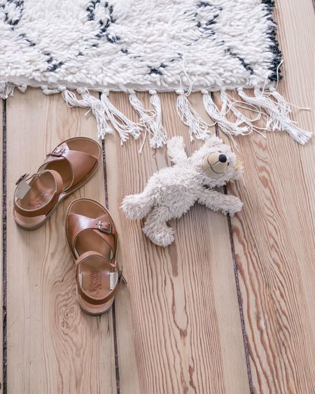 Sandals Teddybear Carpet Berber Rug Altbau Dielen Dielenboden Wood - Material High Angle View Wooden Plank Teddy Bear Teddy Bears Old Buildings Children Photography Childhoodunplugged Kids Playing Beni Ourain