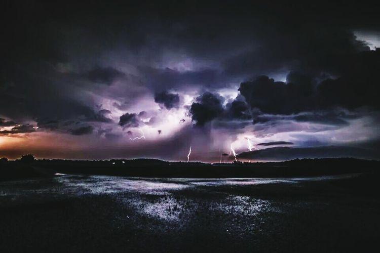 Unwetter Unwetter Blitze Wolkenspielerei Wolken *-*