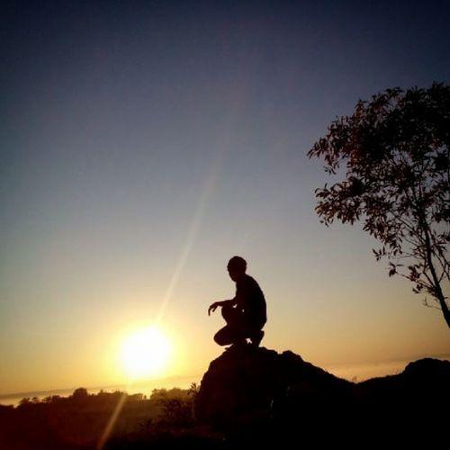 Si Kunir Dari Pulau Garam Madura..... ( Dieng ala Madura ) Hasil dari bangun pagi petang untuk bisa menikmati hangatnya matahari dan indahnya sinar emas dari matahari diatas bukit jeddih madura... Sebuah bukit yang tak begitu tinggi namun menawarkan keindahan yang tersembunyi.... The Kunir From Salt Island Madura ..... (Dieng ala Madura) Results from dusk to early risers can enjoy the warmth of the sun and the beautiful golden rays of the sun on the hill jeddih Madura ... A hill that is not so high but hidden beauty offers Sanpicture Grapictoolens Sonyxperia Xploremadura Xperial Zonafotografi Gadgedgrapher Hill Sunrise_sunsets_aroundworld Sunriseavenue Siluetphoto Nationalgeographicadventure Nationalgeographicphotographer Madura Bukitjeddih