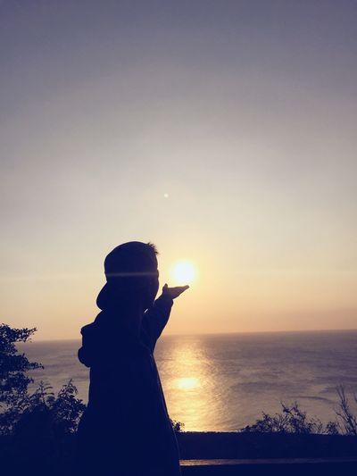 非常充實的一天. Taiwan 台灣 One Trip Sunrise Niceweather Nature_collection Lifestyles Travel Photography Enjoying Life ♥ Discover Your City Taking Photos Portrait EyeEm Best Shots Moments Of My Life @ 私の人生の瞬間。 World Looking At Camera Casual Clothing EnjoytheNewNormal Memories 從9點40分開始,從墾丁的頭到墾丁的尾. 很累但卻很興奮. 由日落作為結束點, 我還是第一次這樣試過!!