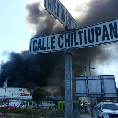 Incendio en CC Las Cascadas. YoSoy503 503ElSalvadorDeCerca AmoElPeriodismo