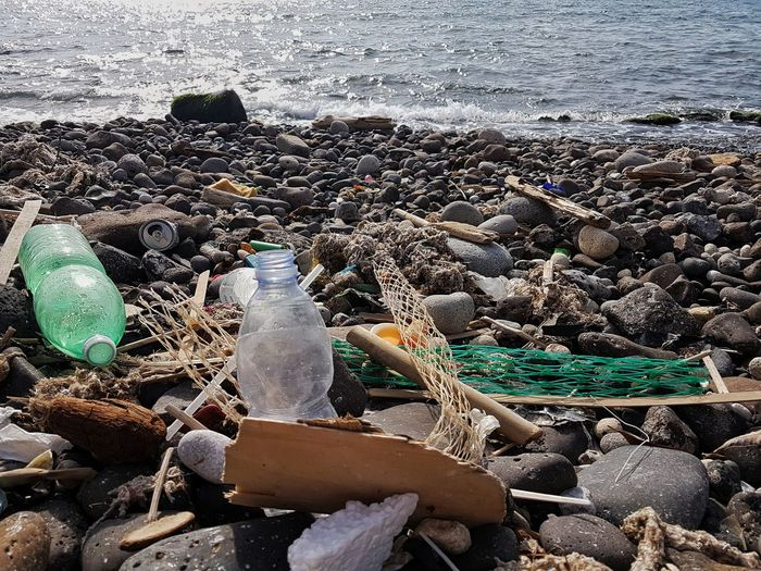 Beach Day Water Fishing Net Outdoors No People Sea Pebble Sunlight Nature Sand Fishing Equipment Pebble Beach Trash Pollution In My World Trash In Nature Pollution Of The Environment Pollution Pollution ın My World Polluted Beach Plastic Environment - LIMEX IMAGINE