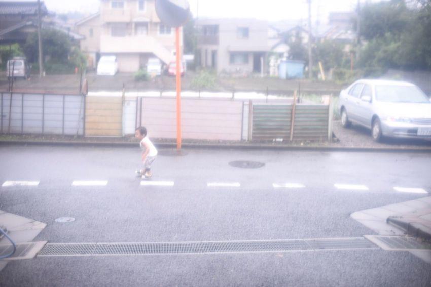 """""""跳ねて縫う"""" """"Jumping and putting some stitches"""" Japan Rainy Days Japanese Culture Walk Snapshots Of Life Childhood"""