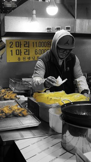 Working Labour Labourer Nightmarket Traditionalmarket South Korea Black And Yellow  Marketplace Colorsplash Candid Candid Photography Life Lifeworld
