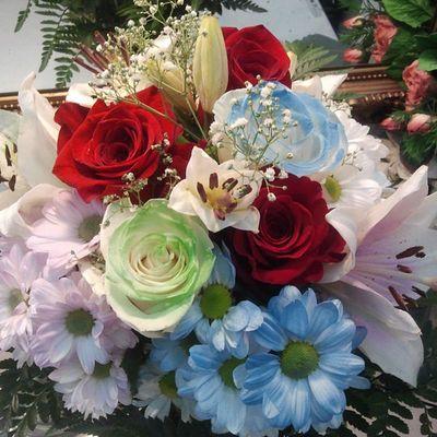 Ramodeflores  de www.graficflower.com , como puede ver esta compuesto ademas de Flores como las Margaritas Rosas Liliums y adornos, tambien por Rosasazules y Rosasverdes , visitanos en nuestra web de wwwFloresadomicilio y sorprendelos