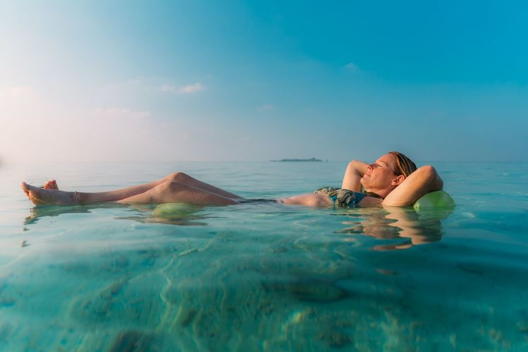 Maldives relaxation Blue Sky Holiday Vacations Carefree Relax Float Maldives Indian Ocean Ocean Turquoise Green Blue Two People Heterosexual Couple Water Leisure Activity Sea Vacations Relaxation Bikini Sky Lifestyles Women Adult Enjoyment Day Outdoors
