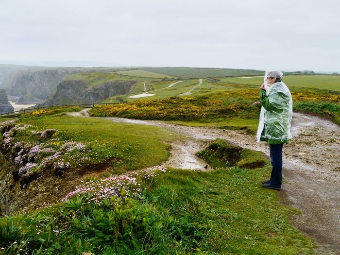 Es gibt kein schlechtes Wetter! - Never mind the rain! Just Do It ✔ Rain Cover Whatever The Weather Come Rain Or Shine Dem Wetter Trotzen Regentag Rainy Day Bedruthan Steps Cornwall Grass One Person Full Length Casual Clothing Nature Day Landscape Real People Beauty In Nature Hiking Green Color Summer Exploratorium