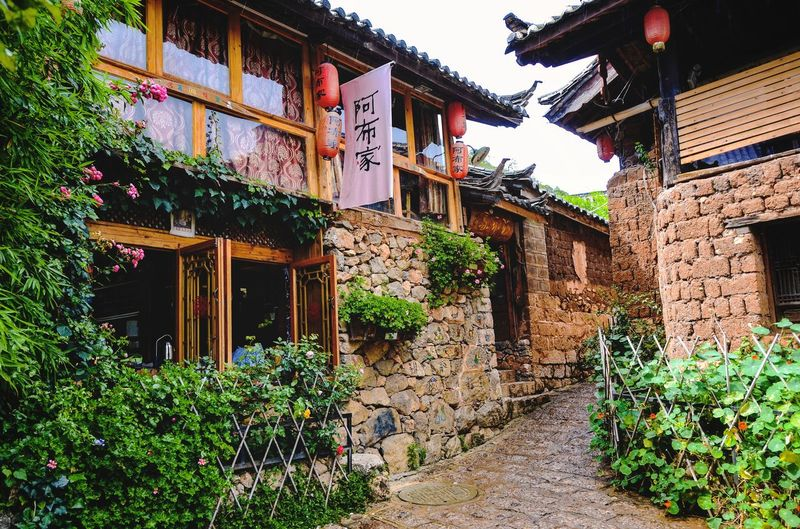 Bruce's Dooryard Lijiang Naxi Resting Place Courtyard  Doorway Hostel Hotel Accommodation Travel Building Exterior Architecture Built Structure Building Plant Nature Residential District House No People City Day Outdoors Decoration Entrance Street