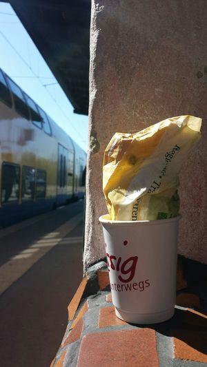 Spätstück für Zwischenwegs. Hundertwasserbahnhof Paper Coffeetogo Uelzen