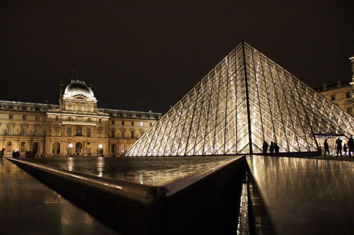 Un peu de temps et se poser...... Hanging Out Taking Photos Paris Pyramide Du Louvre