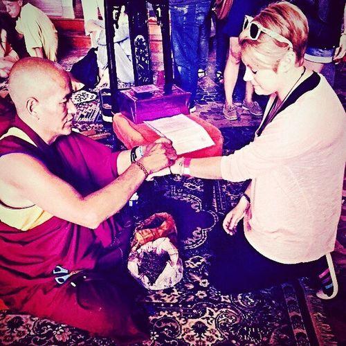 J'ai vécu un moment fort, sincère, pure, inoubliable. Cette prière, cette protection est ancré en moi, dans mon coeur, dans mon âme ainsi que dans mon esprit à jamais. Ce fut intense en émotions, en sensations. 😢❤😇 Ne vous détournez pas de ce que vous avez décidé. Quand vous aurez vu votre but, attachez-vous-y fermement. (Dhammapada) J'ai décidé de suivre la voie de cette magnifique philosophie, le bouddhisme. Chaque jour qui passe je m'en attache fermement un peu plus. Merci, cher moine, de m'avoir accordé de votre temps. Merci pour votre compassion, votre amour, votre protection, votre bonté... Mon coeur vous accompagne. Merci pour votre prière. Vous avez mit mon coeur au bord des yeux, je vous ai écouté, regardé et salué avec le coeur. Namasté. Love. 🙏💚🍀👌 Missiz MonCombat Gémeaux Bouddhisme Spiritualité Anahata Tibet FeteBouddhiste Bouddha  Namaste