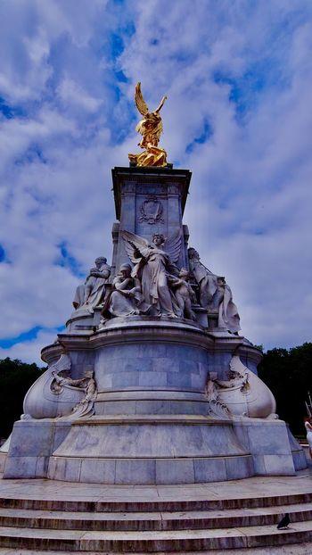Buckingham Palace Architecture Sculpture Sky Art And Craft Cloud - Sky Statue Built Structure