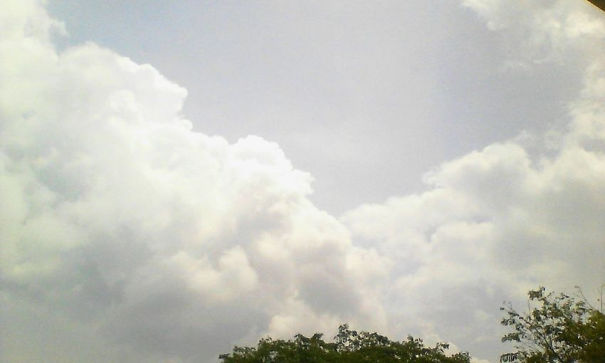 resting with my friends😄😄😃 Rooftop Relaxing Taking Photos Hi! Check This Out The Purist (no Edit, No Filter) Skylover Resting Sky And Clouds Skylovers
