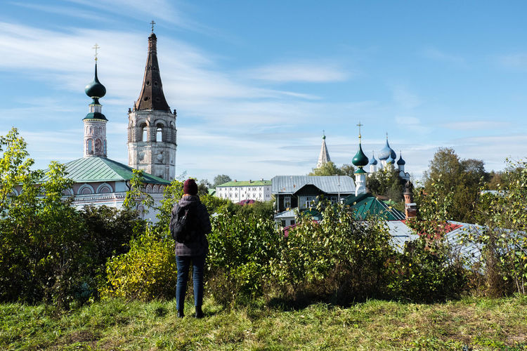 EyeEmNewHere Church Suzdal Architecture Belief Building Building Exterior Built Structure Day Men Nature Outdoors Place Of Worship Plant Real People Rear View Religion Sky Spire  Spirituality Tower Travel Destinations First Eyeem Photo