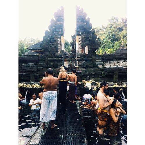 Praying at Tirta Empul. Pretty busy this time because of a ceremony. Still beautiful🙏 Tirtaempul  Bali Praying Thankful Love Indonesian Temple