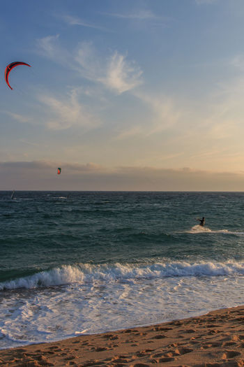Sea Water Horizon Over Water Sky Horizon Land Beach Sport Extreme Sports Scenics - Nature Adventure Beauty In Nature Leisure Activity Real People Unrecognizable Person Lifestyles Cloud - Sky Aquatic Sport Parachute Kiteboarding Outdoors Kitesurfing Freestyle Flysurfer
