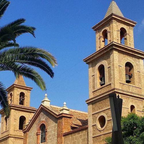 An der 'Plaza de la Constitución'. Die Kirche von Torrevieja wurde 1844 auf den Fundamenten eines Tempels aus dem Jahre 1788 aufgebaut, der 1829 durch ein starkes Erdbeben an der südlichen Costa Blanca zerstört wurde. Kirche Erdbeben Torrevieja2015 Palmen Spanien Torrevieja2015🌴