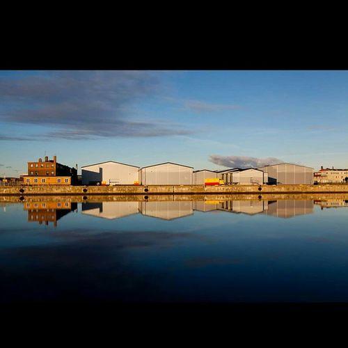 Malmöibilder Malmö Hamnen Sommar Reflection Reflektion Spegelbild Sky Vatten Industrial Hejltmalmo Igersmalmoe Malmotown