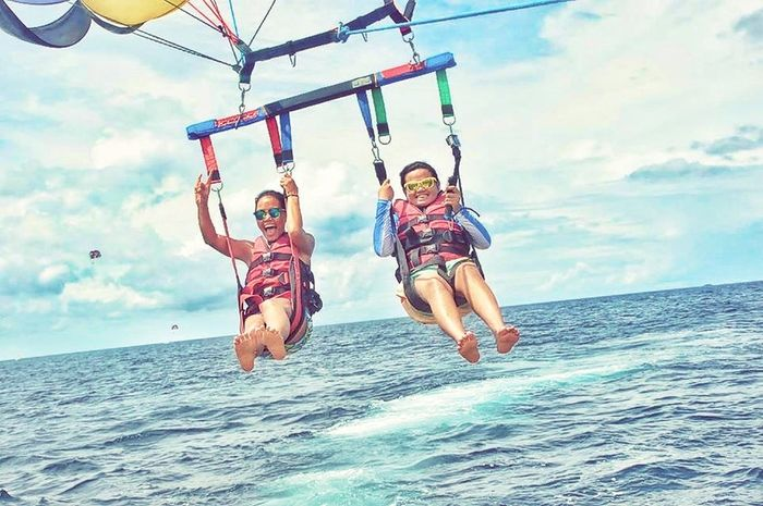 Enjoyed our first Parasailing together! Lovin' every minute of it! 😍👍