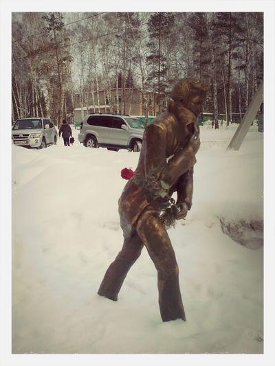 Много снегу, а он идёт один...