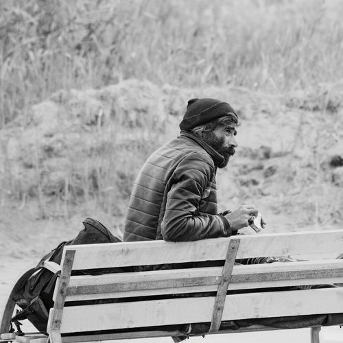 One Man Only Only Men One Person Adults Only Casual Clothing Bench Knit Hat Men Adult People Outdoors Warm Clothing Rural Scene Day Young Adult Nature Working Homeless Nikonphotography Street Street Photography Streetphotography Streetphoto_bw D5500 Poverty The Street Photographer - 2017 EyeEm Awards Black And White Friday