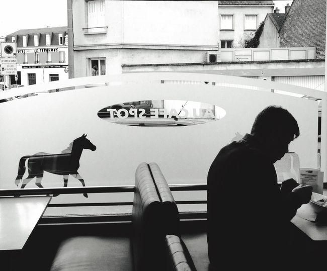 France Picardie Oise  Soissons Bar PMU Une Personne Homme Cheval Tiercé AgilPhoto Ambiance Interieur Repas Manger Brasserie Vitrine Commerce Cafe Noir Et Blanc