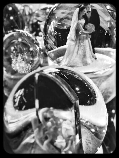 如果曾經水晶球裡的秘密 只有我們兩個人知道 有一天 我忘記了 你也忘記了 是不是等於沒發生過? Black And White AMPt Deams Crystalball