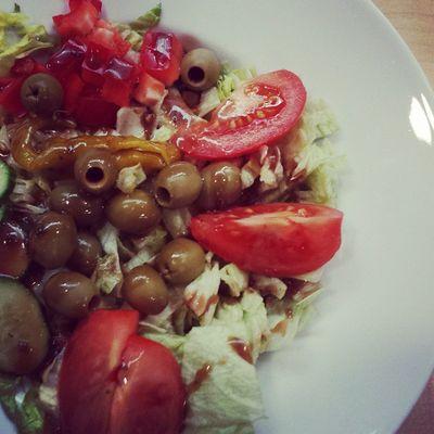 Salat mit Gurke, Paprika, Oliven, Tomaten & Peperoni. Nom. Foodporn Vegan
