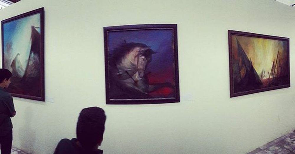 . نمایشگاه آسمان  حسینی ، نقاشی های عبدالحمید_قدیریان با موضوع عاشورا و رویکرد « ما_رأیت_الا_جمیلا » در شبستان کربلا واقع در مسجد مقدس جمکران افتتاح شد. عبدالحمید قدیریان در زمینه انگیزه ایجاد این نمایشگاه بیان داشت: سال گذشته توفیق زیارت امام_حسين (ع) حاصل شد، به دلیل این که انسان به دنبال زیبایی است بهترین روش معرفی عاشورا را بیان کلام حضرت_زینب (س) مبنی بر «ما رأیت الا جمیلا» یافتم و به همین جهت تصمیم گرفتم از نگاه آسمان در عاشورا متمرکز شوم تا بتوانم این گونه نسبت به امام حسین(ع) ابراز ارادت داشته باشم. این نمایشگاه با به مدت 7 روز از تاریخ 7 تا 13 آبان ماه در شبستان کربلا واقع در مسجد مقدس جمکران دائر می باشد. . توصیه میکنم حتما برید ببینید آثار رو، خودش یه روضه مفصلِ😢 متن_کپی_شده_ولی_من_دستکاریش_کردم😊 راستی انگار قراره بعداً این آثار منتقل بشه به نمایشگاه_اشراق قم و اونجا هم به نمایش گذاشته بشه تصویر_با_تکنیک_پاناروما_گرفته_شده
