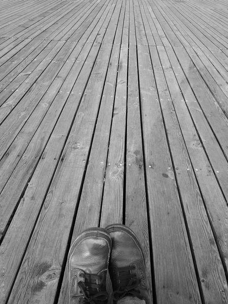 路在脚下 Shoe Wood - Material High Angle View Directly Above Pair Low Section Plank No People Outdoors Day Wood Paneling Close-up