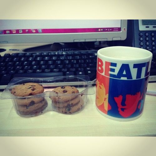 Chocolate Chip Cookies and milk in a Beatles mug. Breakfast Thebeatles Cookies Chocolatechip chocochipcookies milk meal igersmanila igers igdaily officelife food