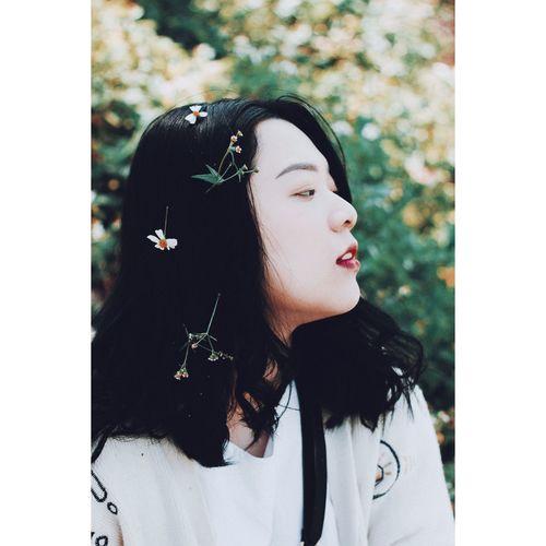 """""""Trái tim anh, là nơi cho dù đi đến tận cùng thế giới em cũng muốn quay trở về."""" Cute Girl Waiting For Spring Lonely Shining One Person Adults Only Long Hair Red Lipstick Day"""